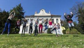 Les enfants devant le Musée de l'Elysée (c) Reto Duriet